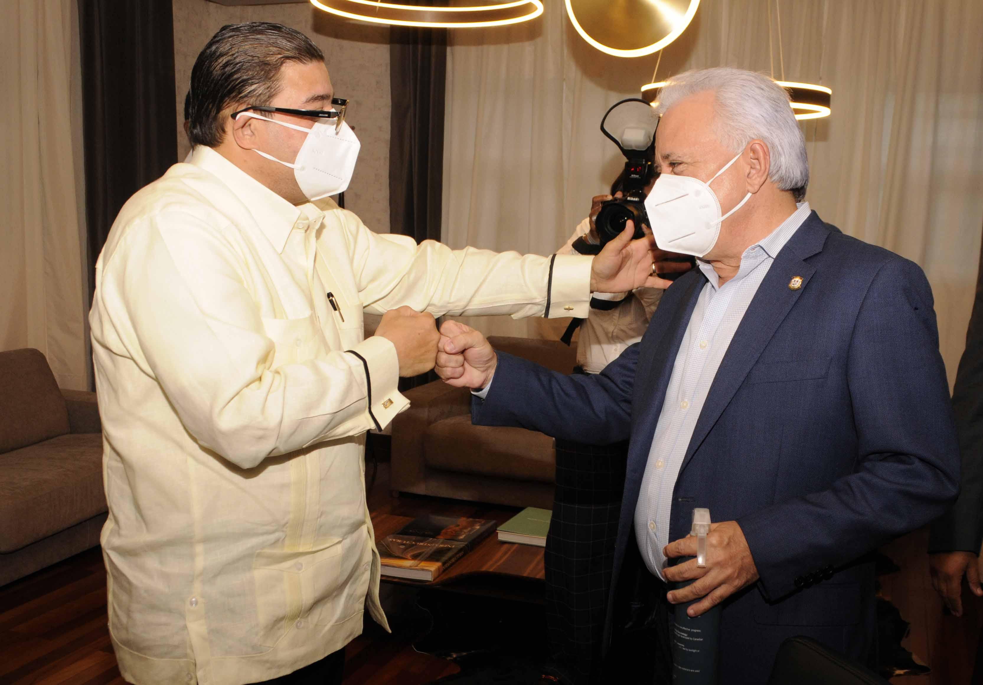 Ministro de Deportes y senador de Santo Domingo se reúnen