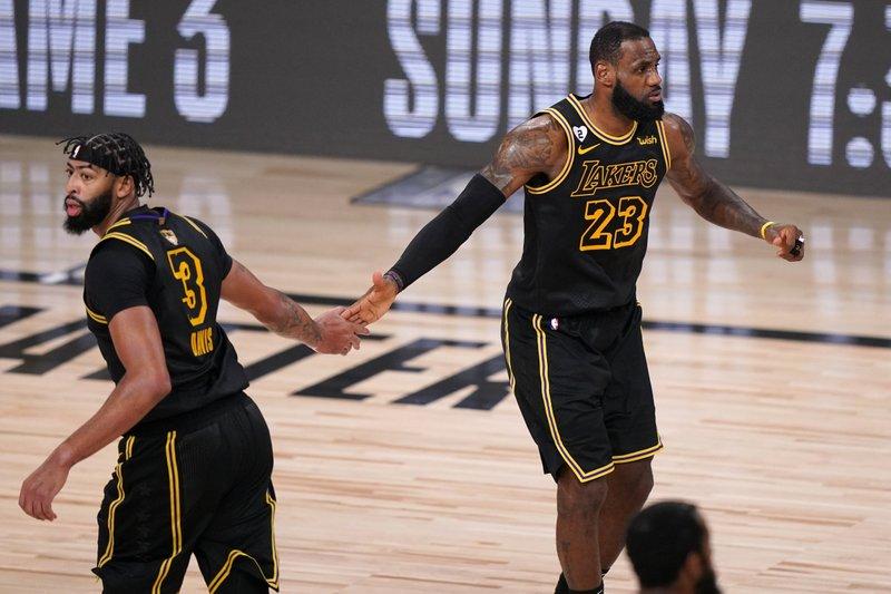 Lakers ganan segundo encuentro al Heat; se acercan al título