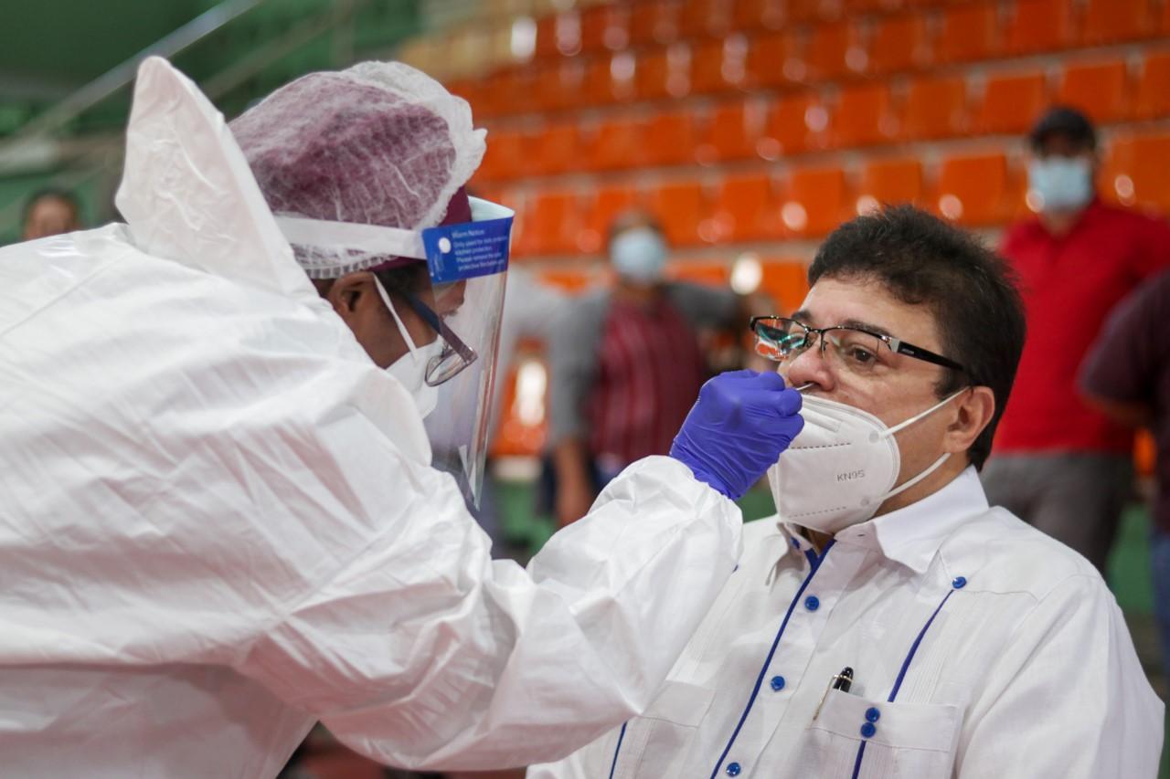Ministro de Deportes informa que dio positivo al coronavirus
