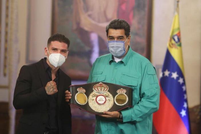 Maduro condecora al boxeador venezolano Roger Gutiérrez, campeón de la AMB
