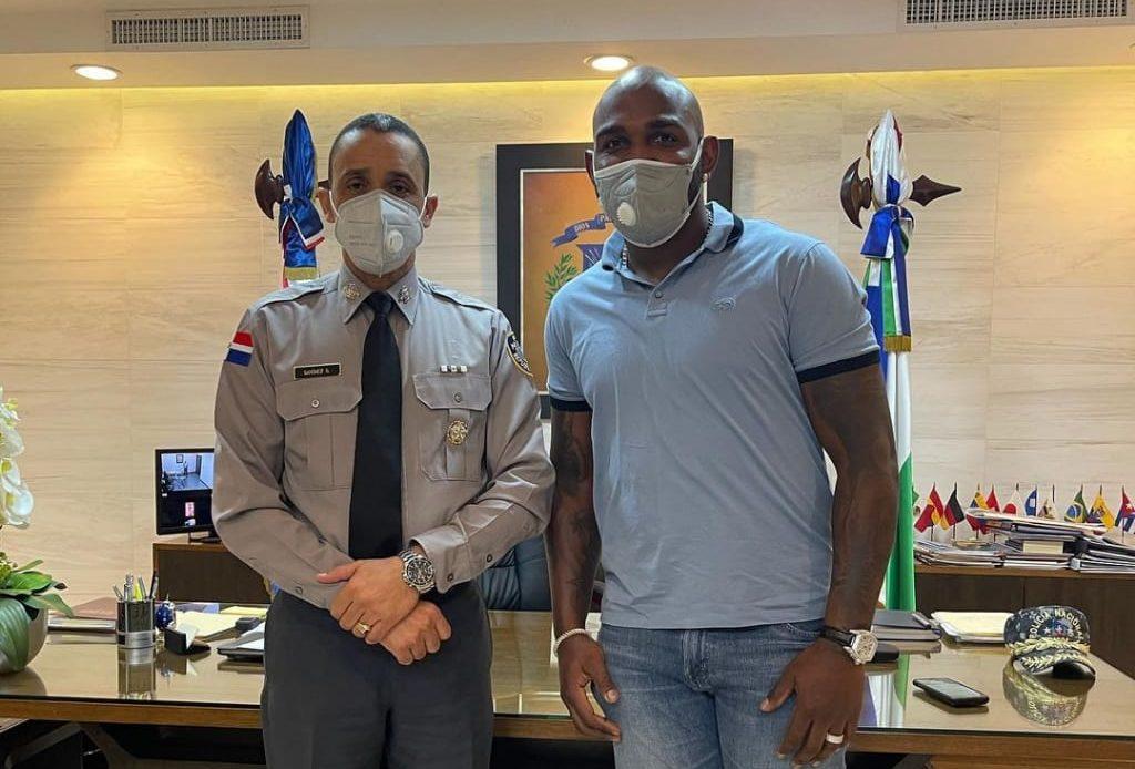 Marcell Ozuna y su esposa Génesis Guzmán visitan  al director de la Policía Nacional