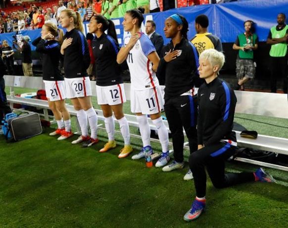 Federación de fútbol de EEUU elimina prohibición de arrodillarse durante el himno