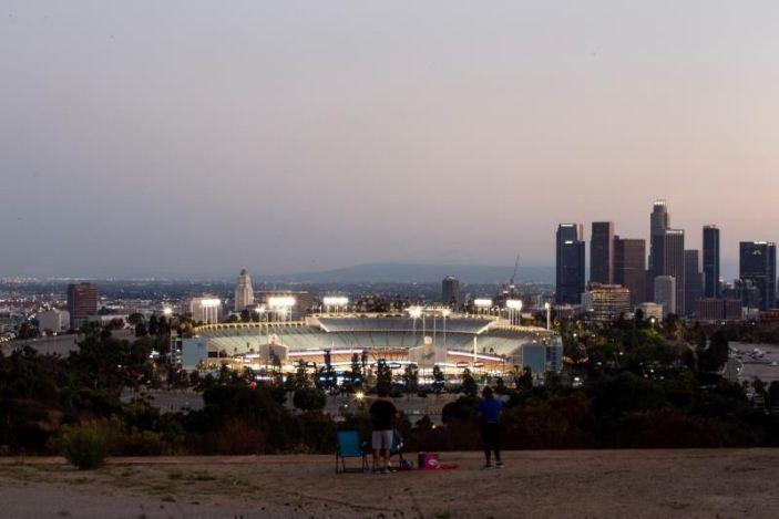 California levanta restricciones y permite aficionados en Grandes Ligas