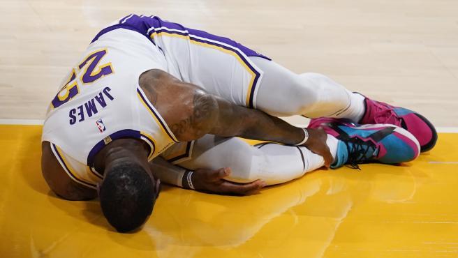LeBron fuera indefinidamente después de sufrir un esguince de tobillo