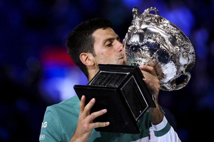 Novak Djokovic iguala con Federer y Medvedev a la caza de Nadal