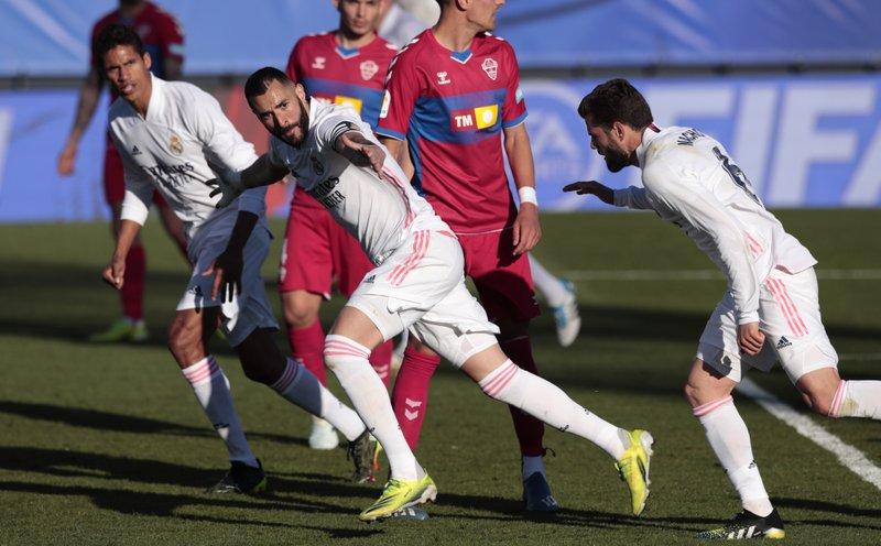 Real Madrid vence Elche con doblete de Benzema