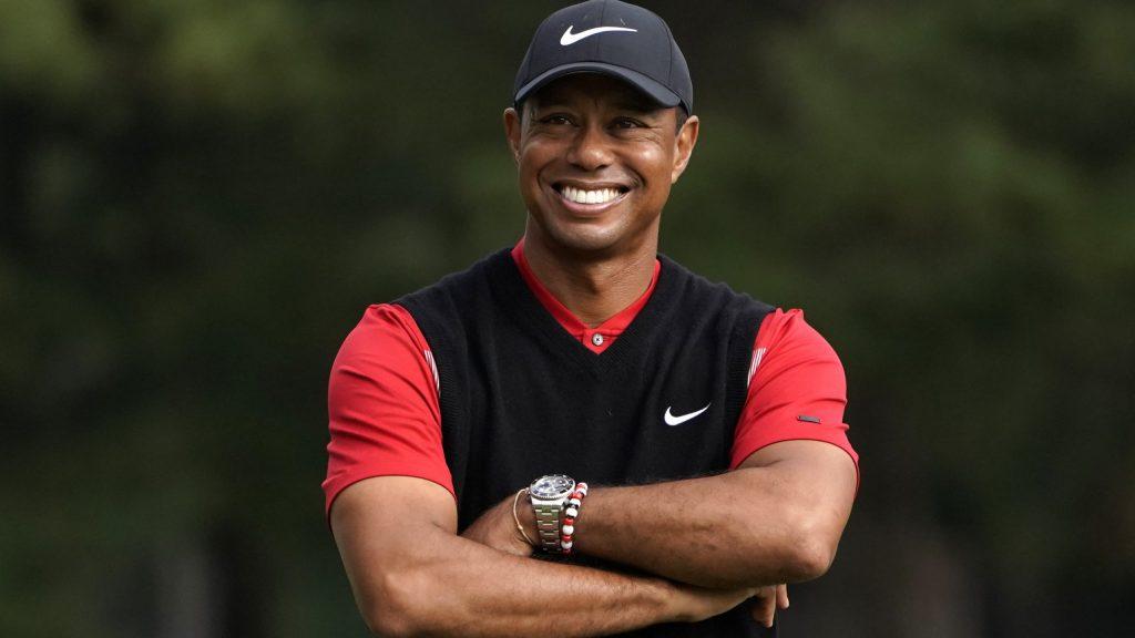 Tiger Woods camina apoyado en muletas luego de accidente