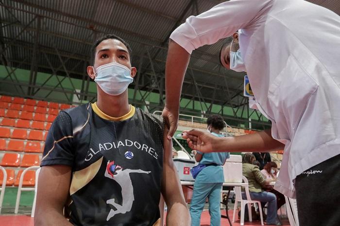 Vacunan contra COVID-19 voleibolistas masculinos Sub-23