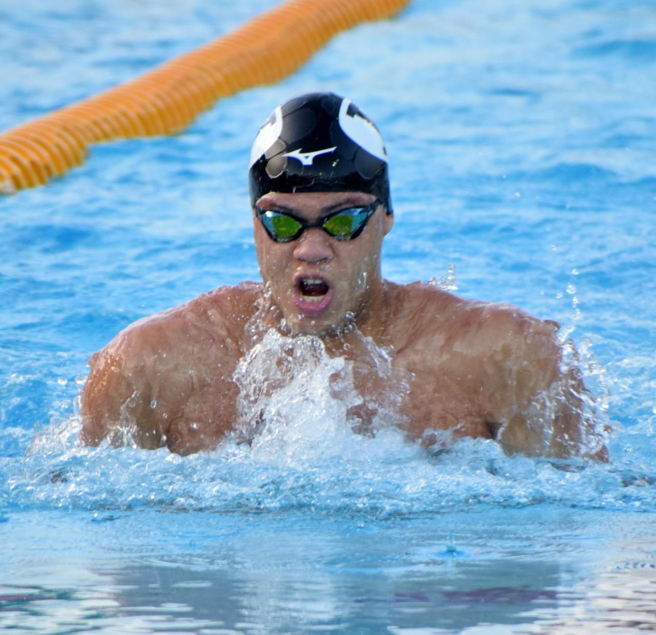 Josué Domínguez impone récord absoluto en 100 metros pecho