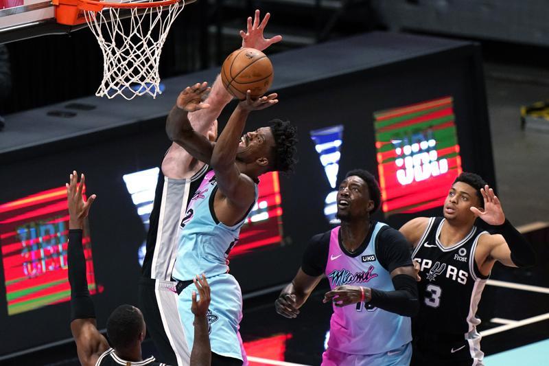 Spoelstra llega a 600 triunfos; Heat supera a Spurs