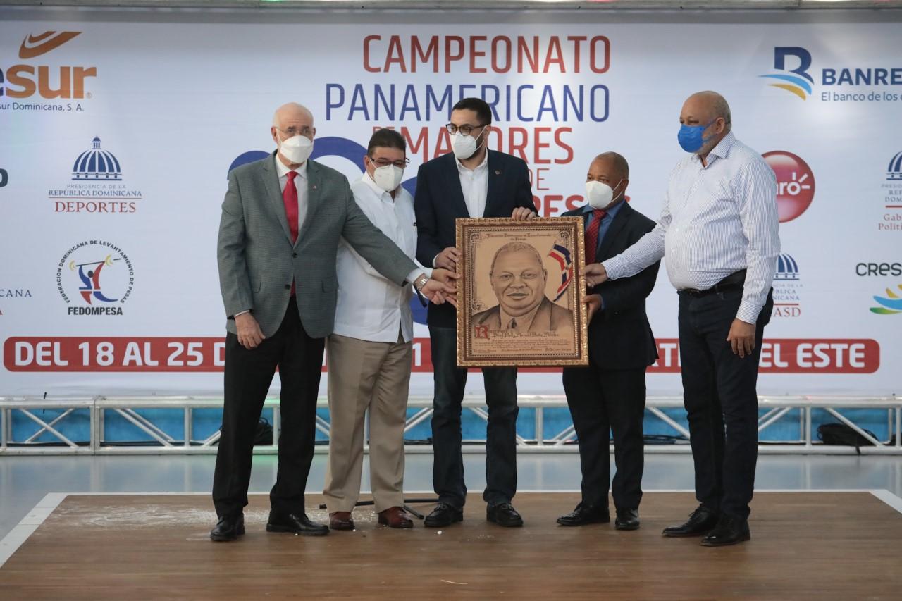Roberto Fulcar da apertura al campeonato clasificatorio de Pesas