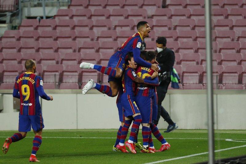 Gol agónico de Dembélé deja al Barcelona a tiro del Atlético