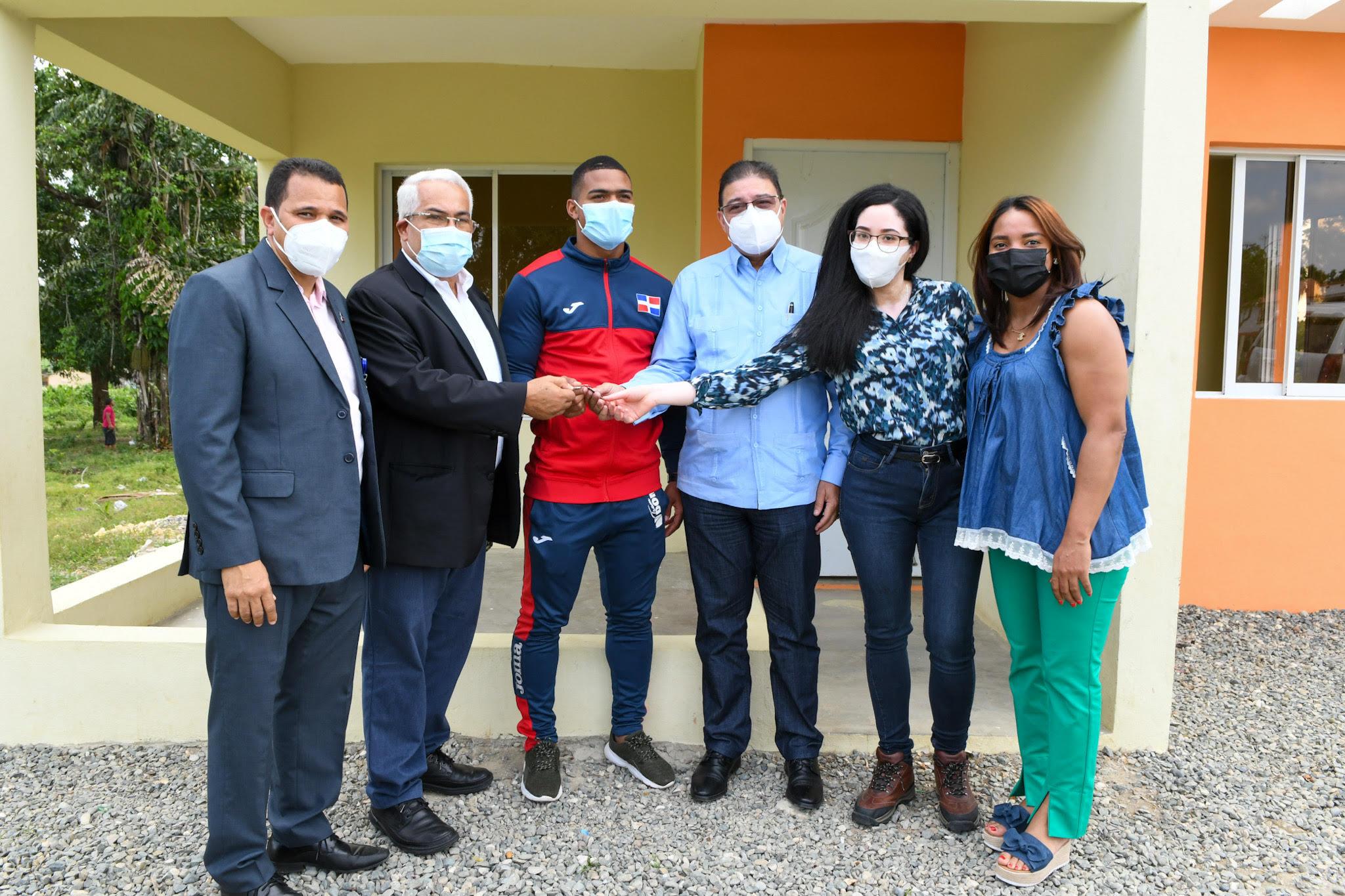 Camacho entrega vivienda al atleta Anderson Soriano