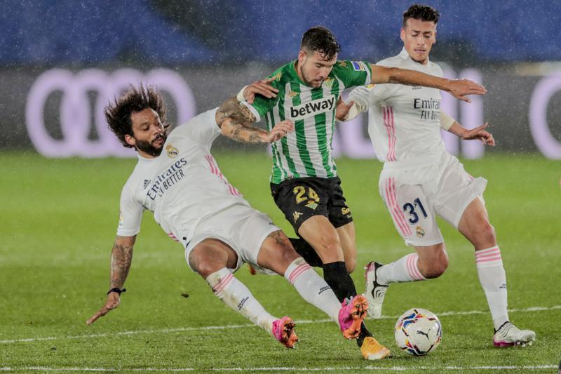 El Madrid se atora en la lucha por título; empata con Betis