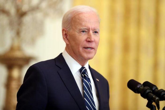 Biden califica de