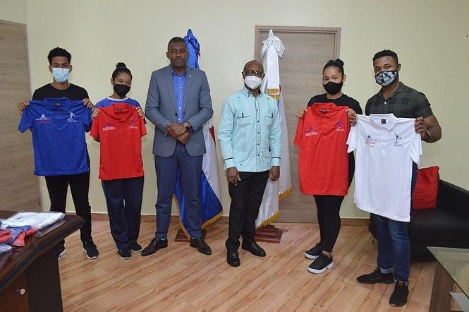Autoridades Inefi entregan indumentarias a elenco clases virtuales