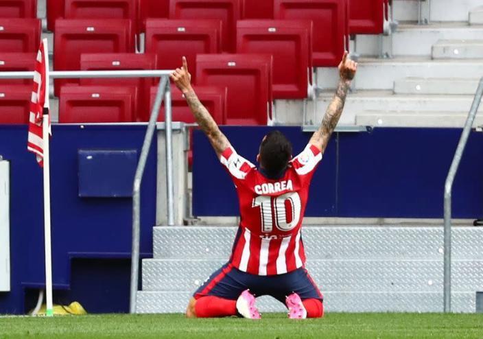 Atlético vence a Huesca y sigue en lo más alto de liga española