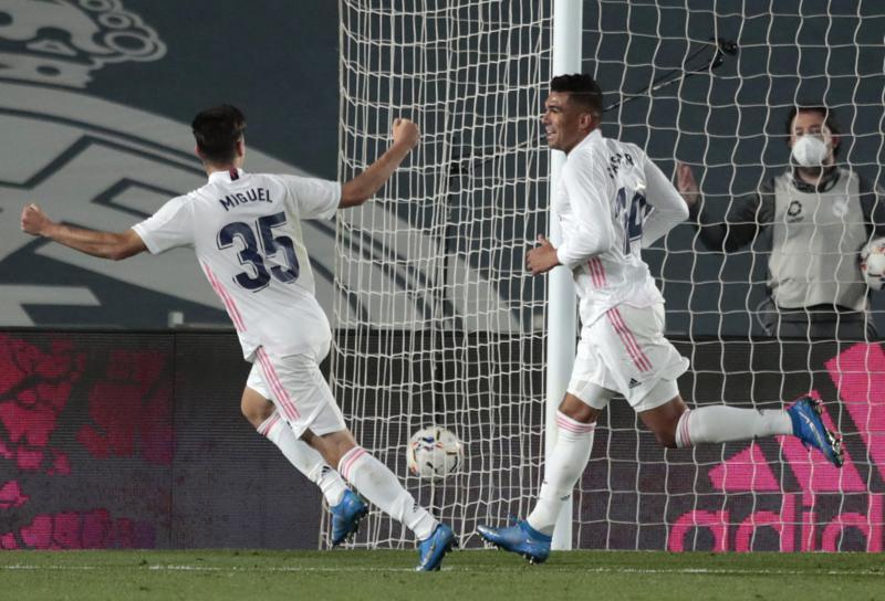 El Atlético gana con fortuna; el Madrid aprieta con victoria