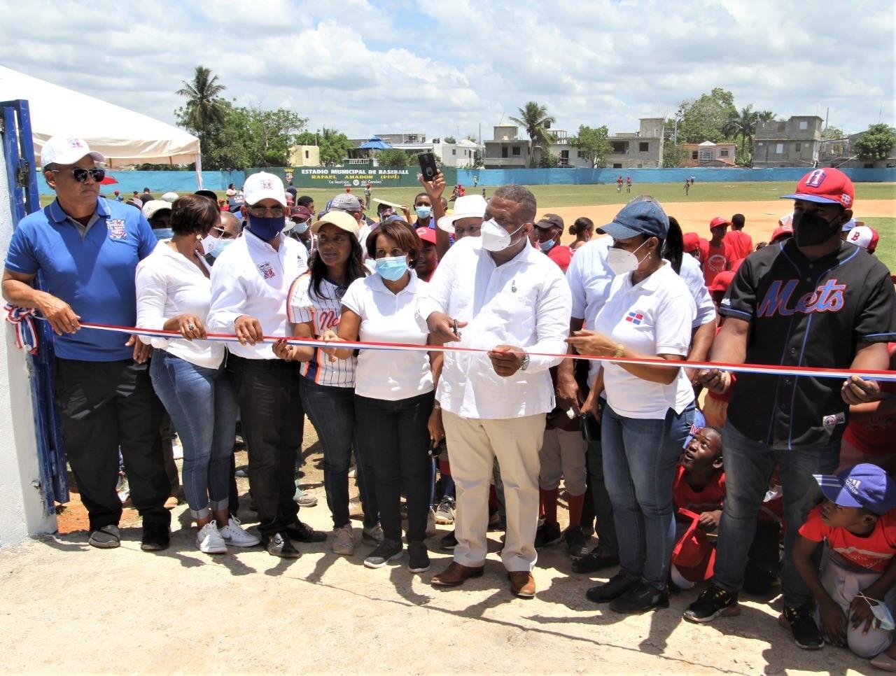 Dan apertura a reacondicionado estadio de béisbol en Guerra