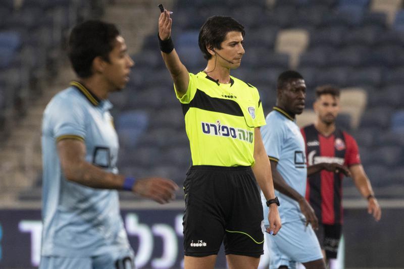 Primera árbitro transgénero de Israel ingresa al campo