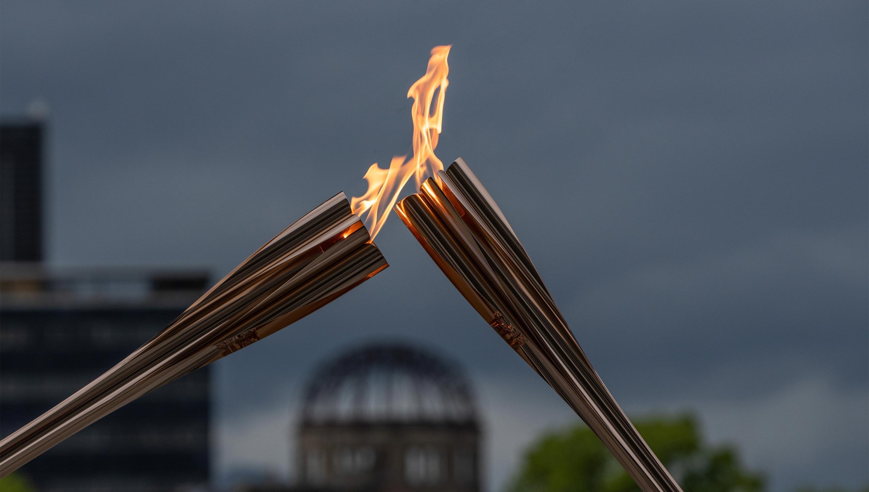 La llama olímpica de Hiroshima y la llama de la paz unidas por la paz