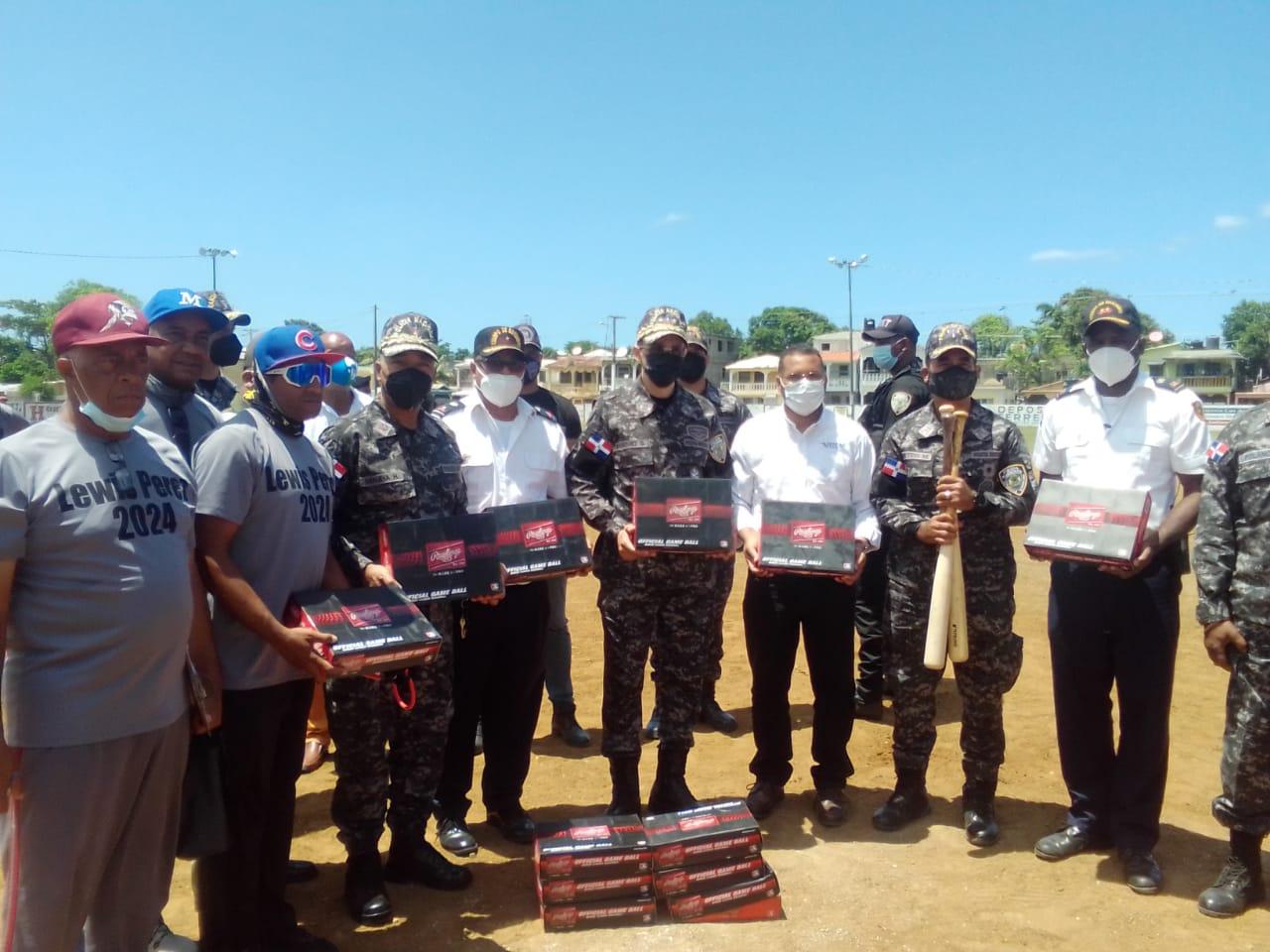Policía y los Yankees apoyan béisbol Puerto Plata