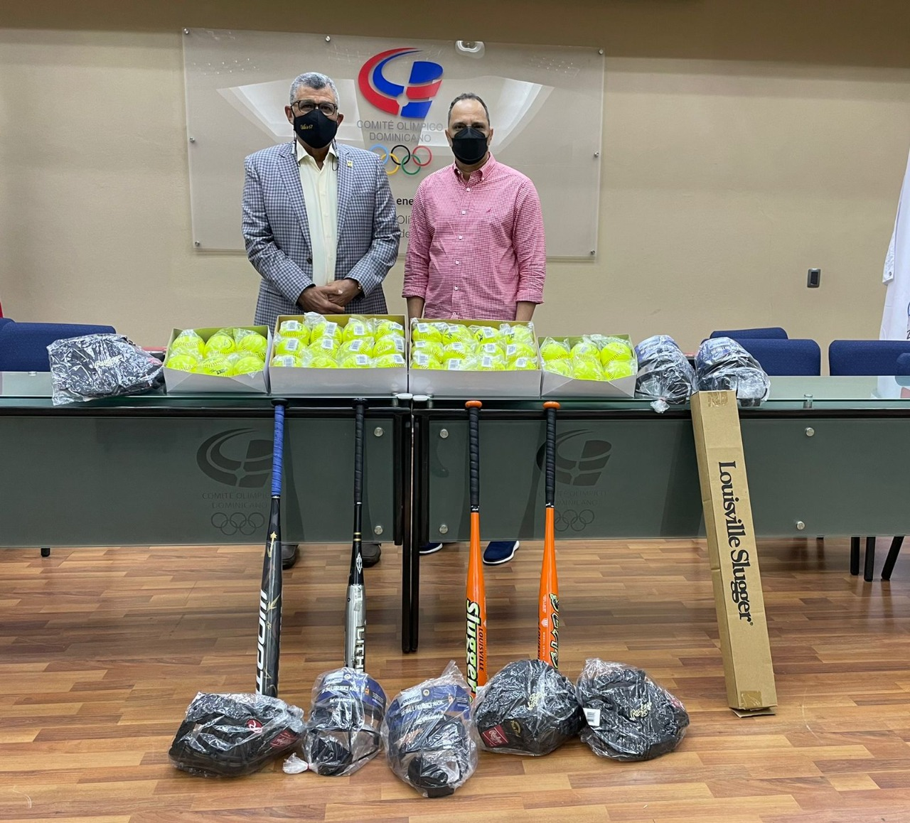 Deportistas de Jimaní reciben jubilosos  útiles donados por Villalona Calero