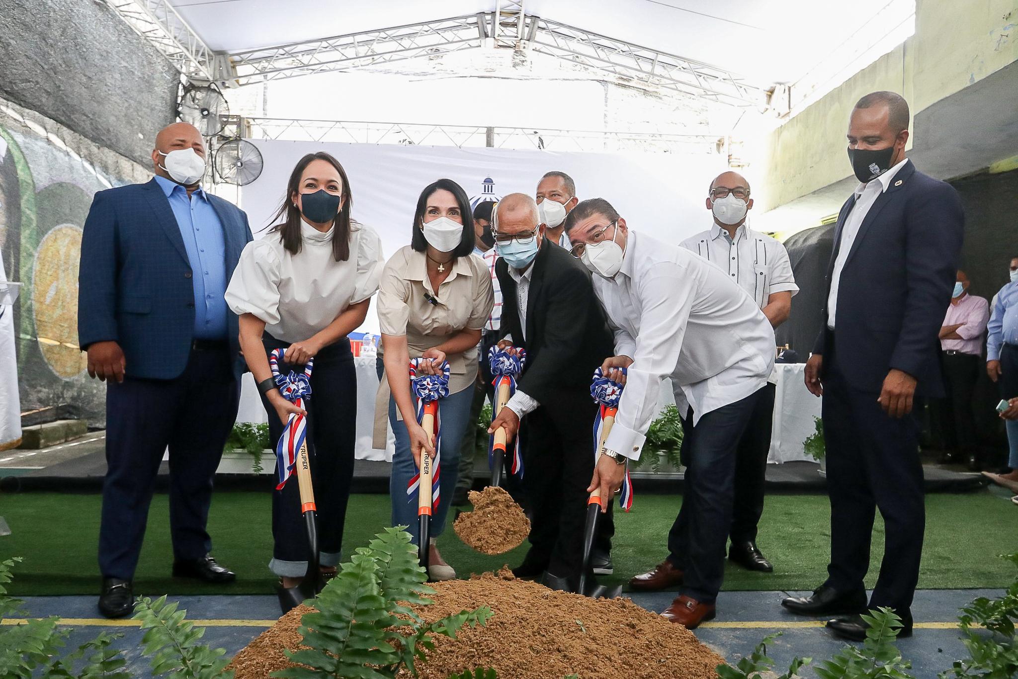 Camacho y la primera dama dan comienzo a construcción Centro Deportivo Comunitario