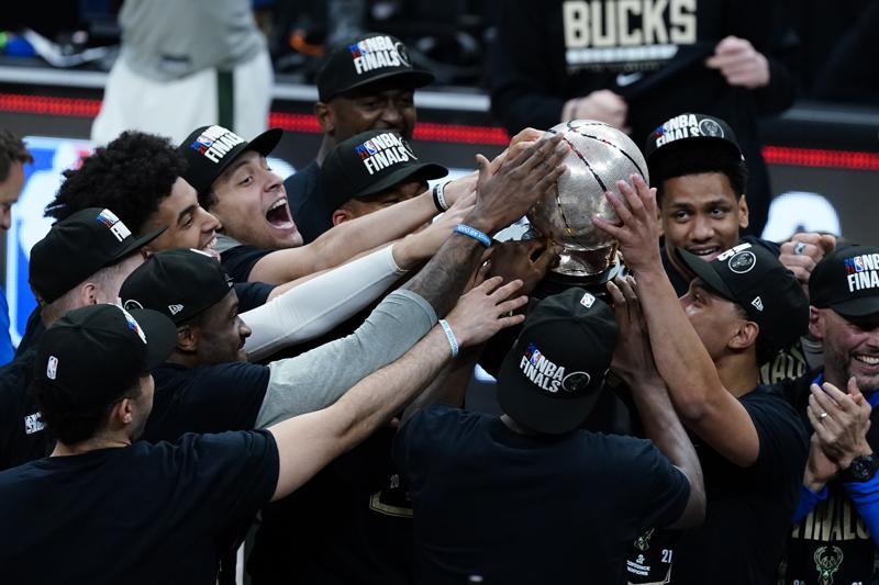 Bucks ganan a los Hawks y disputarán la final a Suns