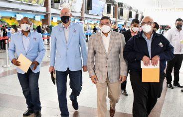 """Autoridades COD y ministro Deportes parten hacia Tokio en el """"avión de la esperanza"""