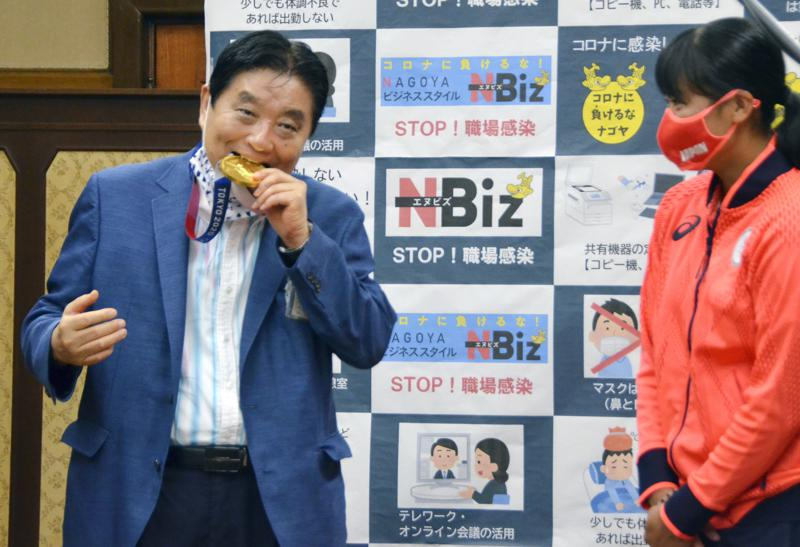 Alcalde japonés ofrece disculpas por morder medalla olímpica