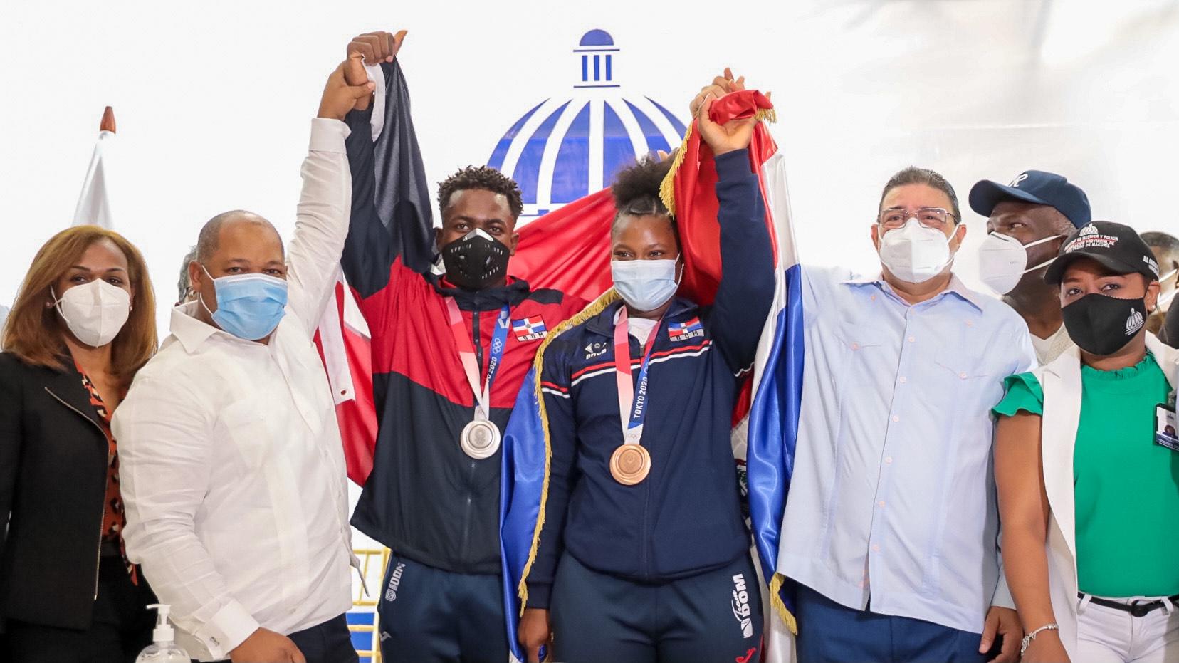 Autoridades dan recibimiento de héroes a sus pesistas olímpicos en Tokio 2020