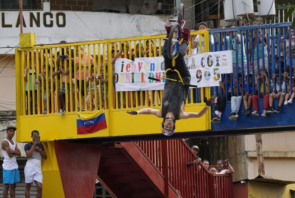 Medallista venezolano Dhers visita barrio peligroso