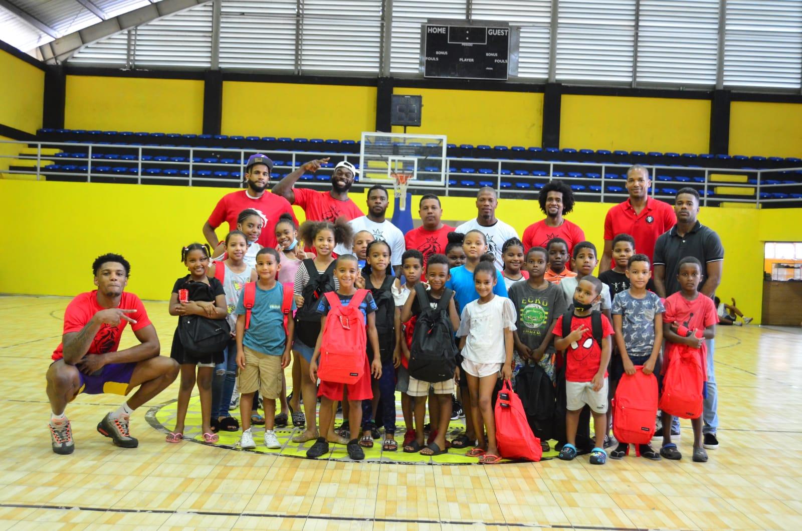 Leones entrega útiles escolares a niños de San Carlos y Villa Consuelo