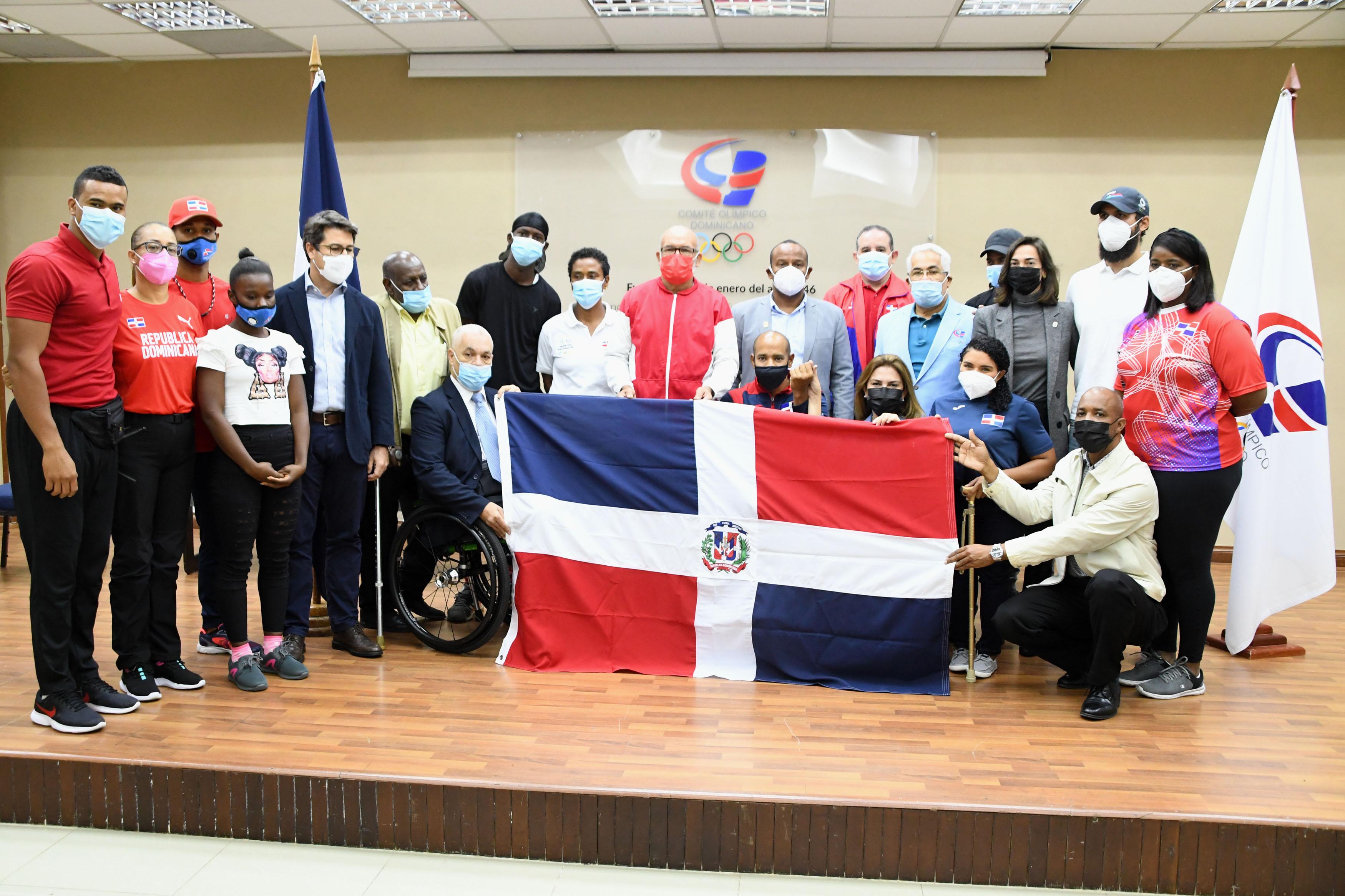 Alcaldesa Mejía entrega bandera a delegación paralímpica irá a Tokio