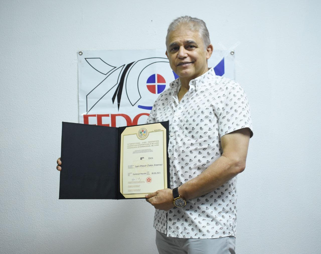 """Juan Chalas recibe distinción """"Cinturón 8vo dan"""" de la IJF"""