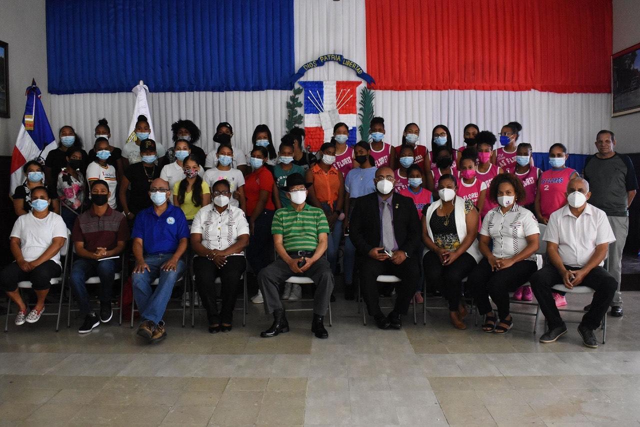 Siquió Ng exhorta a jóvenes a prepararse en charla del COD en SFM