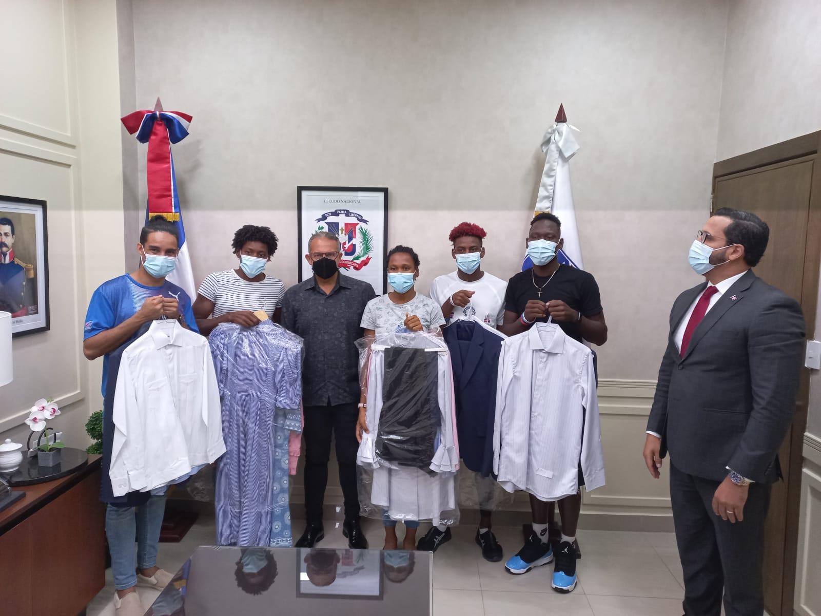 INAGUJA hace entrega vestimenta a atletas