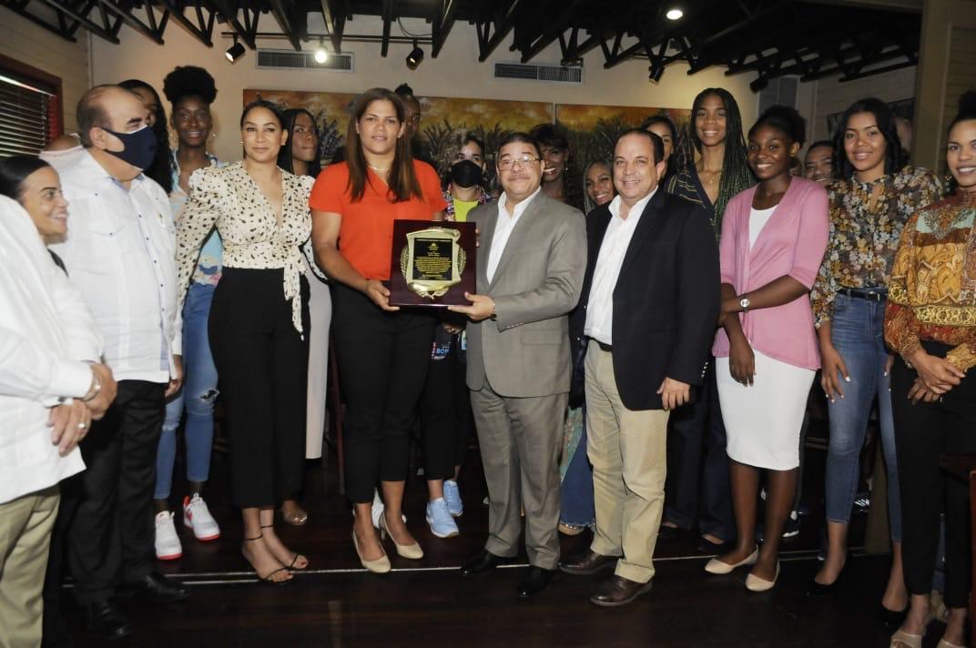 Ministro Camacho entrega placa y reconoce trayectoria de Prisilla Rivera