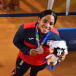 Karina Díaz cuelga su karategui