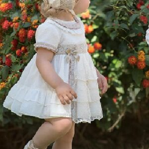 Vestido-plumeti-y-encaje-con-capota-bebe-Miranda