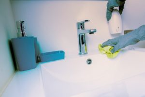 desinfectar baño caso covid