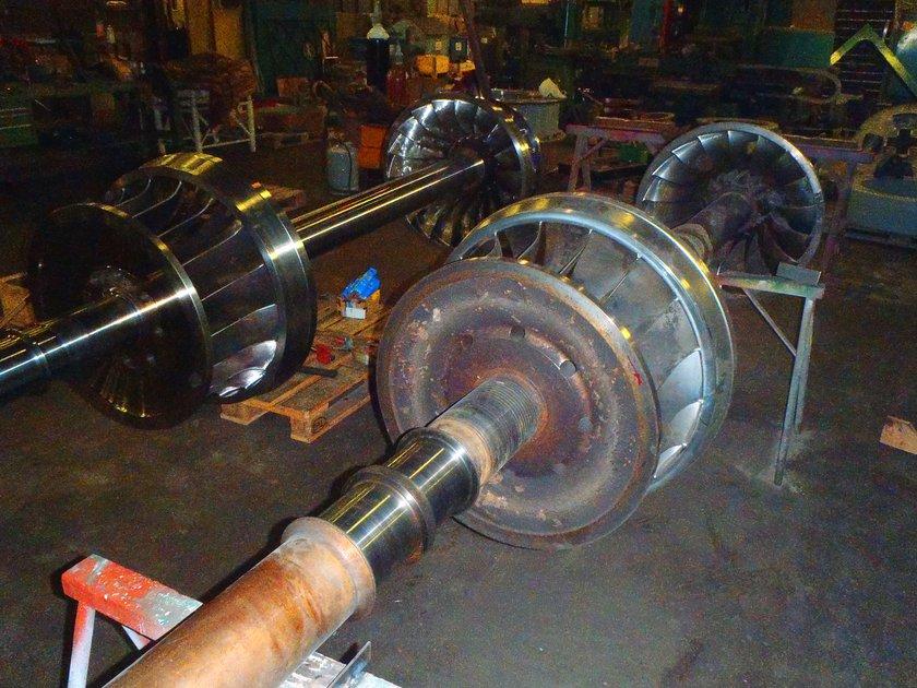 GottneEnergi-Nya-och-gamla-turbinaxel-med-löphjul.jpg