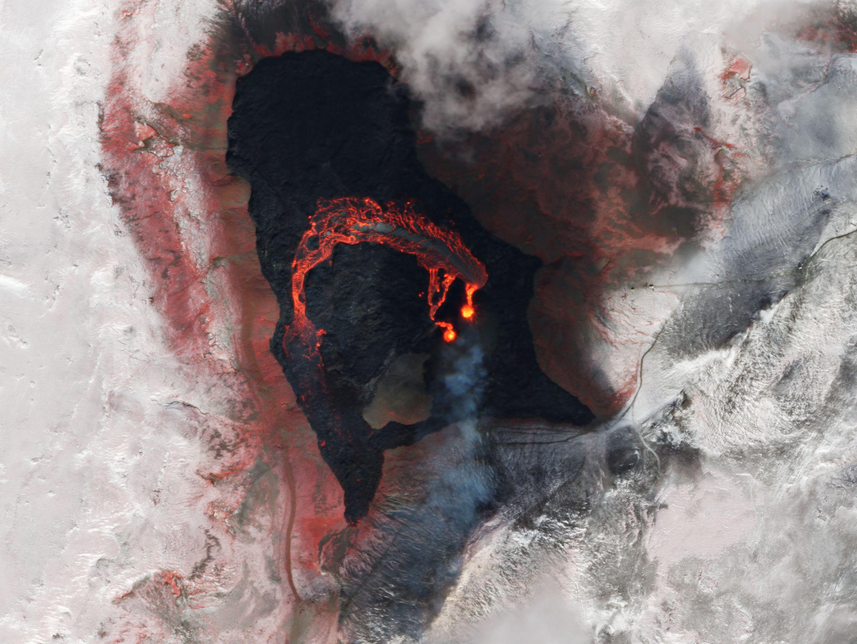 La luz de colores falsos (infrarrojo cercano, rojo y verde) ayuda a acentuar el camino de la lava fundida en el volcán Fagradalsfjall.  © 2021, Planet Labs Inc.  todos los derechos son salvos.