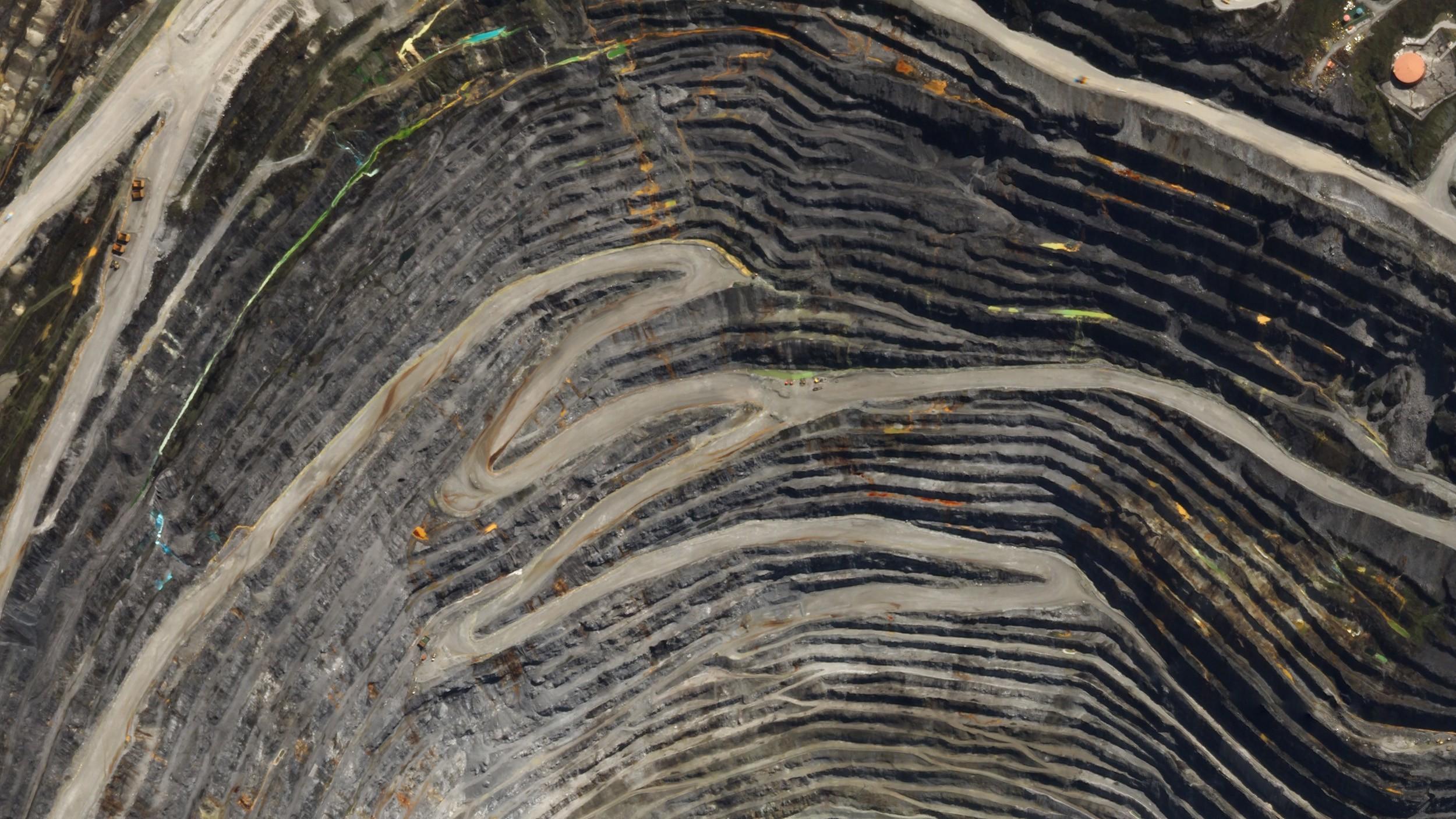 La mina Grasberg es la mina de oro más grande y la segunda más grande del mundo.  Se encuentra en la provincia de Papua en Indonesia cerca de Puncak Jaya, la montaña más alta de Indonesia.  © 2017, Planet Labs Inc.  todos los derechos son salvos.
