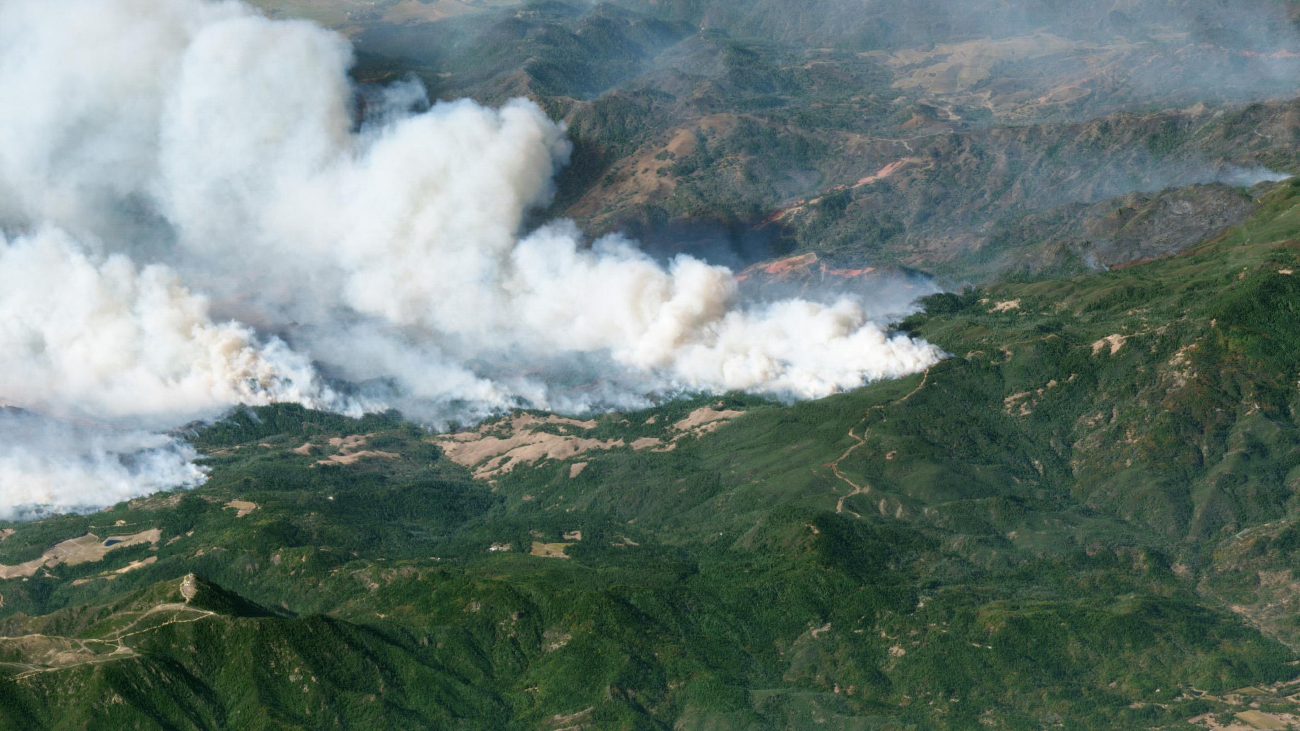 Una vista en diagonal del incendio de Kincaid en el condado de Sonoma, California.  © 2019, Planet Labs Inc.  todos los derechos son salvos.
