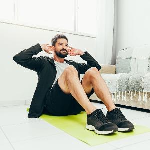 7′ Office Workout: allenati in qualsiasi istante della giornata, migliora la postura e riattiva la concentrazione (anche al lavoro)