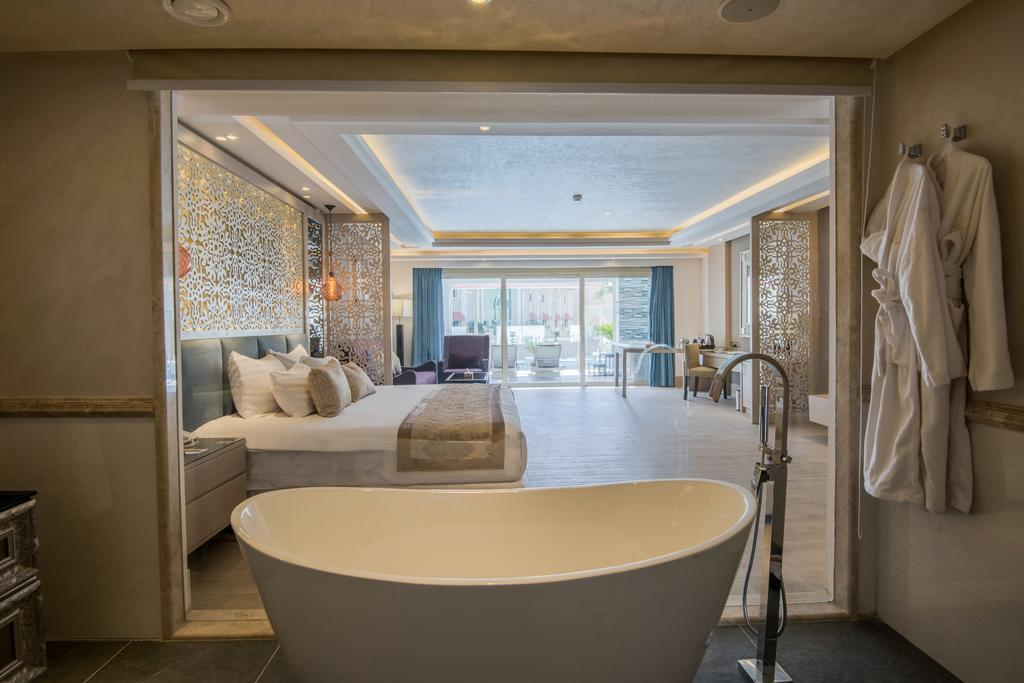 SUITE WITH JACUZZI