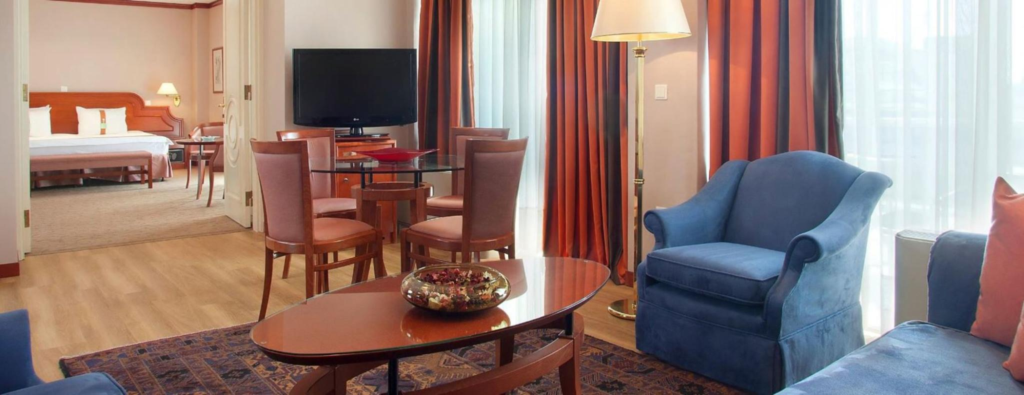 SUITE 2 ROOMS 1 KING BED EXECUTIVE STE SMOKING