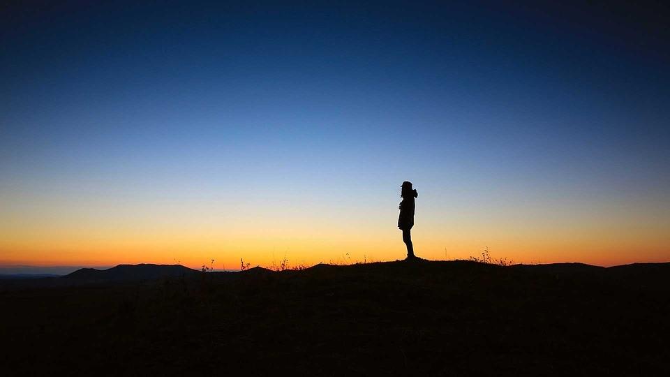 Persona ante un amanecer